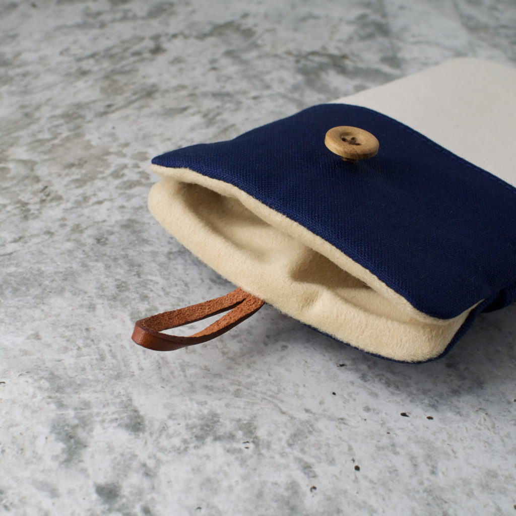帆布と本革のスマートフォンケースの内側/ネイビーと生成り