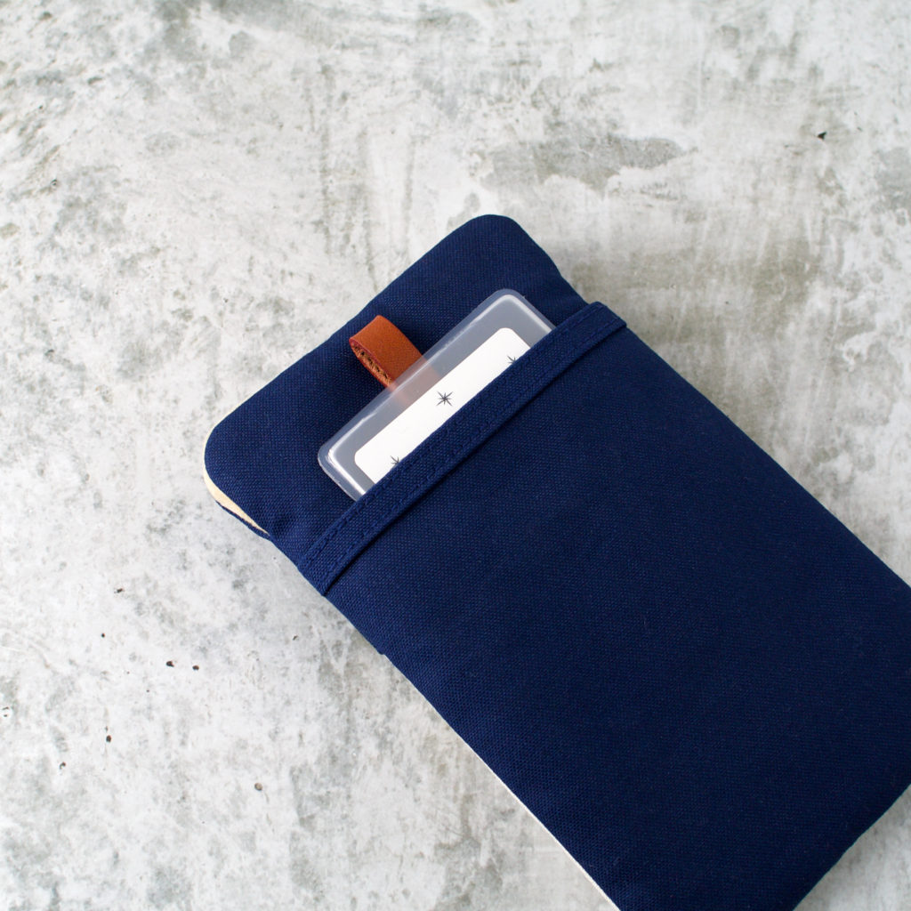 帆布と本革のスマートフォンケースのポケット/ネイビーと生成り